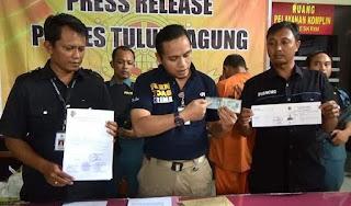 seorang pria ditangkap karena meminjam ktp