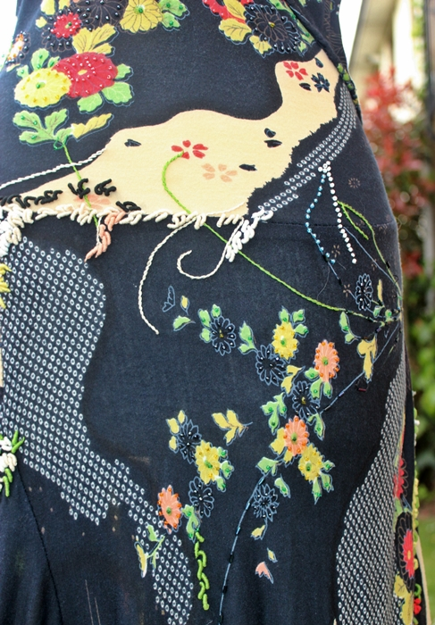 hafty na wzorzystym materiale