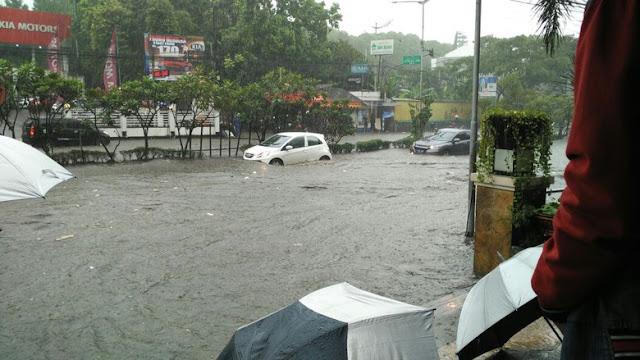 Banjir bandang hantam Jalan Pasteur  Bandung