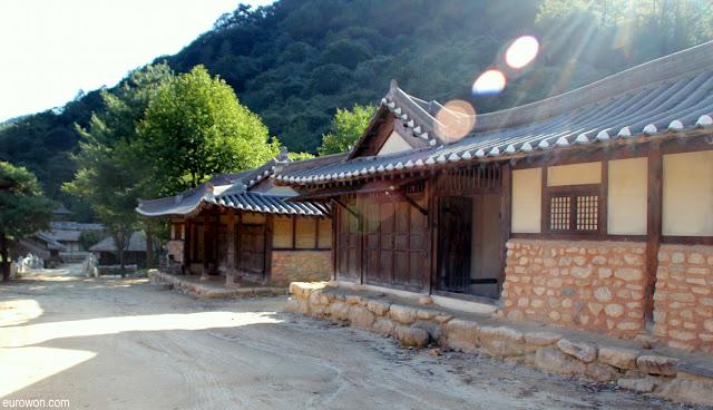 Brillos en un poblado típico coreano