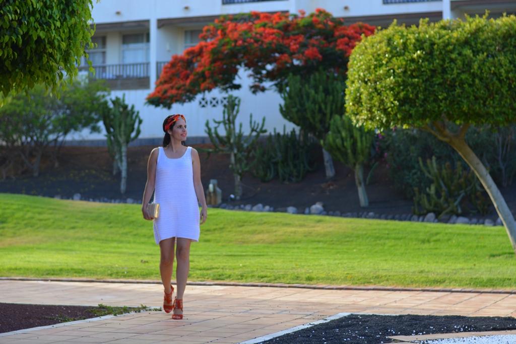 vestido-blanco-con-turbante-zara