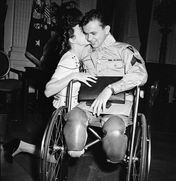 Jean Moore mencium tunangannya, Ralph Neppel yang kehilangan kaki karena perang pada 1945