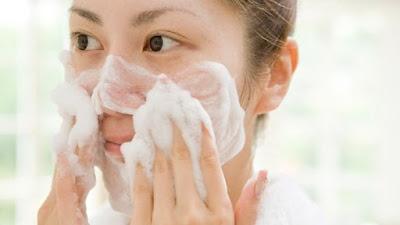 Kesalahan Mencuci Kulit Wajah Yang Menyebabkan Penuaan Dini