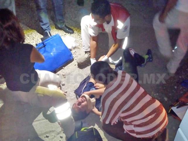 Estudiante cae de microbús y es arrastrado