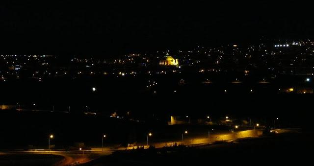 W oddali widać kościół wmiejscowości Mosta, Malta