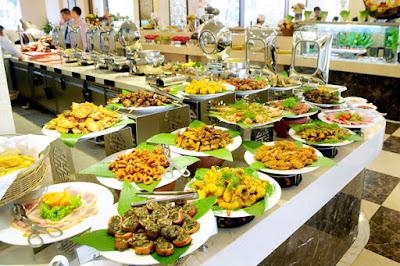 Bày trí món ăn trong buổi tiệc cưới buffet.