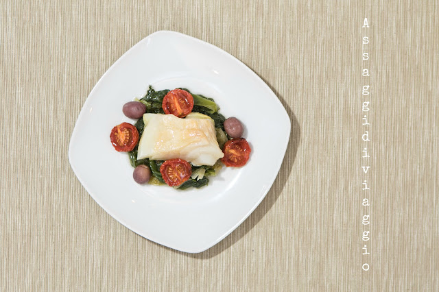 Baccalà cotto a bassa temperatura sul letto di scarole con olive di Gaeta e pomodori confit