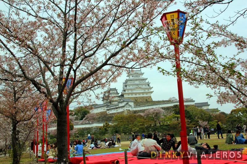 Celebrando el hanami en el Castillo de Himeji