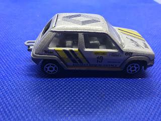 ルノー シュペールサンク のおんぼろミニカーを側面から撮影