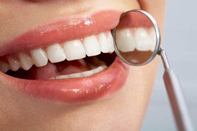 6 Makanan Yang Memutihkan Gigi