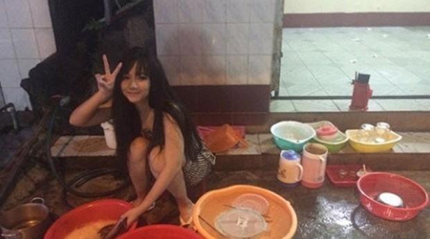 Duh, Cantiknya wanita ini, tapi tidak malu untuk cuci piring