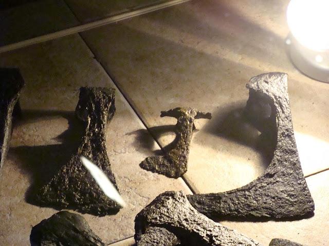 Topory wczesnośredniowieczne znalezione na gieckim grodzisku, stara ekspozycja w tamtejszym muzeum