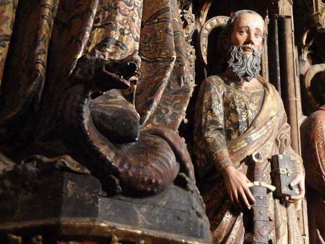 A Imaculada Conceição está sempre esmagando a serpente infernal. Detalhe de Santa Maria de los Reyes, Álava, Espanha.
