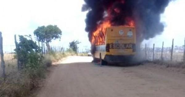 Ônibus escolar pega fogo no município de Conceição do Coité