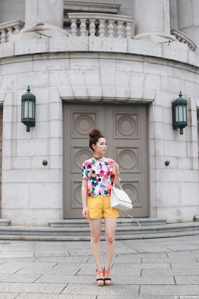 ファッションブロガー日本人、今日のコーディネート、SheIn ギザギザヘムクロップトップTシャツ、イエローショートパンツ、RANDAサンダル、ZARAハンドバッグ、ストリングチョーカー、カラフルカジュアルスタイル