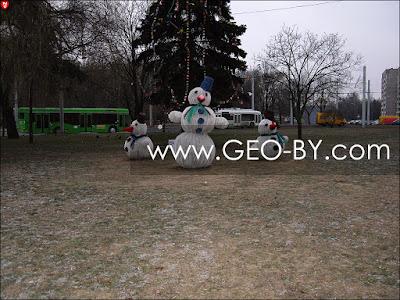 Минск. Кальвария. Снеговики в отсутствие снега