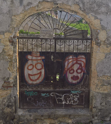 s.i.i. felice in Cagliari: round-eyed clowns.