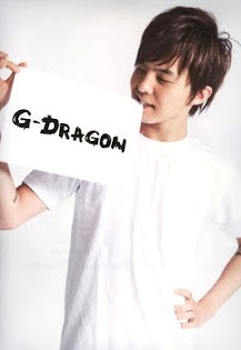 Foto de G-Dragón mostrando su nombre