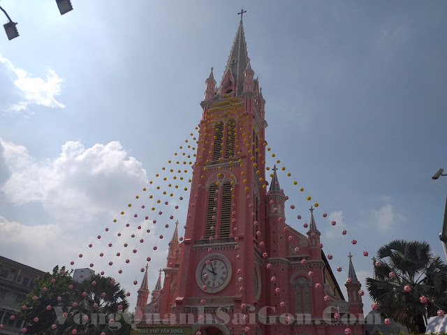 """Nhà thờ Tân Định bất ngờ nổi tiếng vì màu """"Hồng"""""""