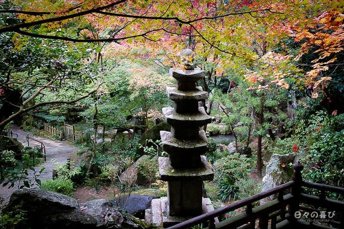 Lanterne de pierre et feuillages rouges, temple Mitaki-dera, Hiroshima