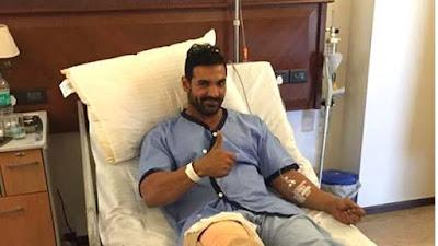 जॉन अब्राहम ऑपरेशन के बाद अस्पताल के बिस्तर पर कुछ इस तरह से आराम फ़रमाते हुए।
