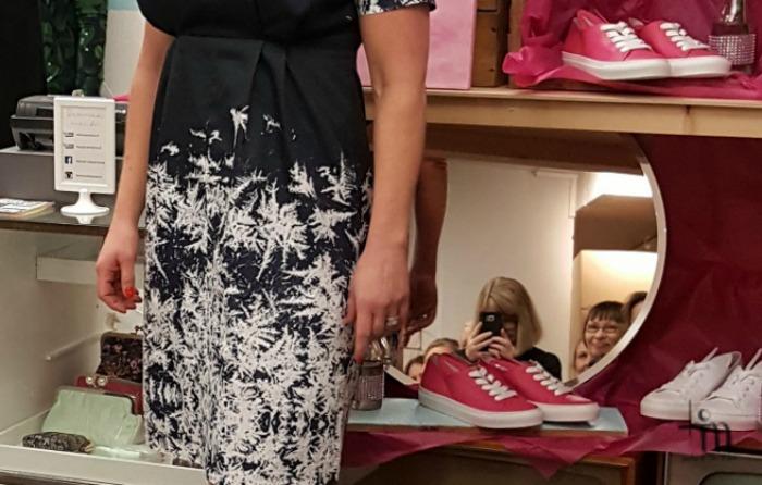 Kuurankukka -kuosinen Televisio Lifestylestoren oma mekko