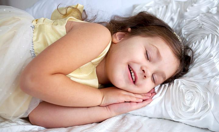 Если у ребенка сбился режим дня, причиной может быть поздний подъем утром, как следствие дневной сон не вовремя, или его отсутствие.