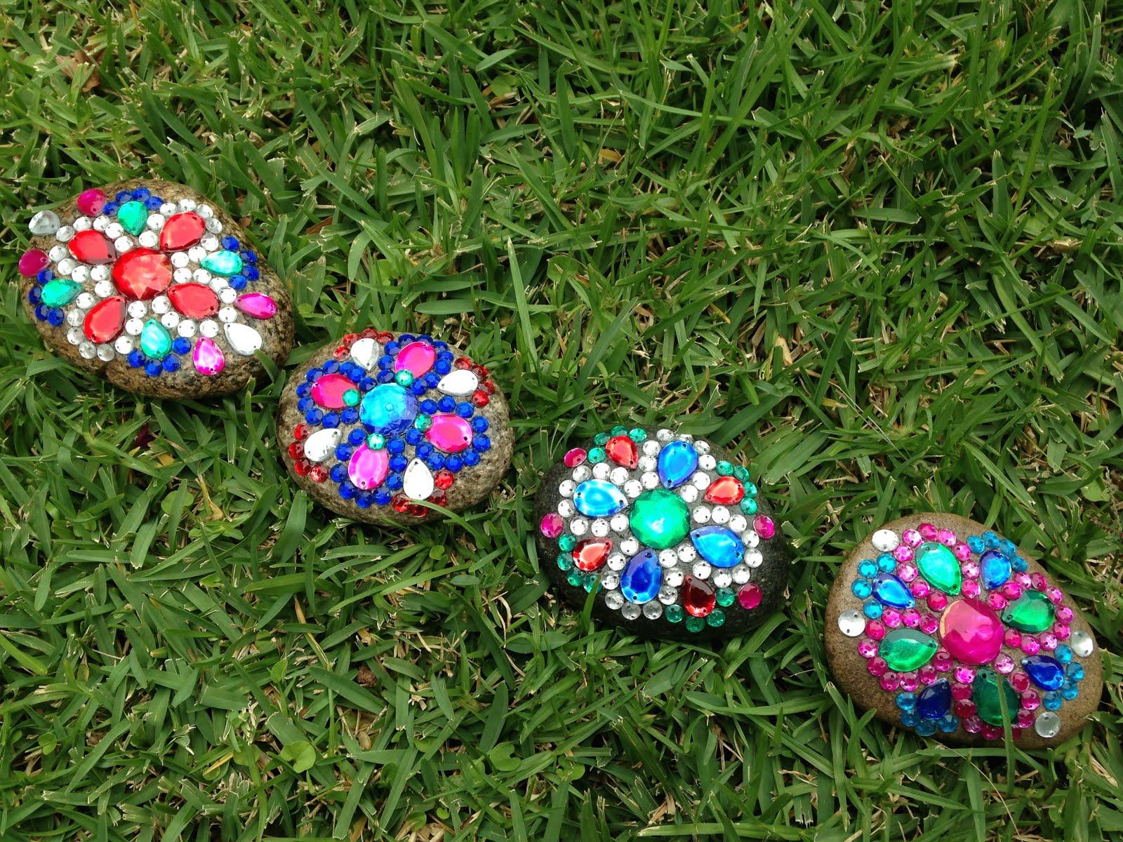 Otra forma muy linda de decorar piedras es con acr licos for Decoracion de jardines con piedras de colores