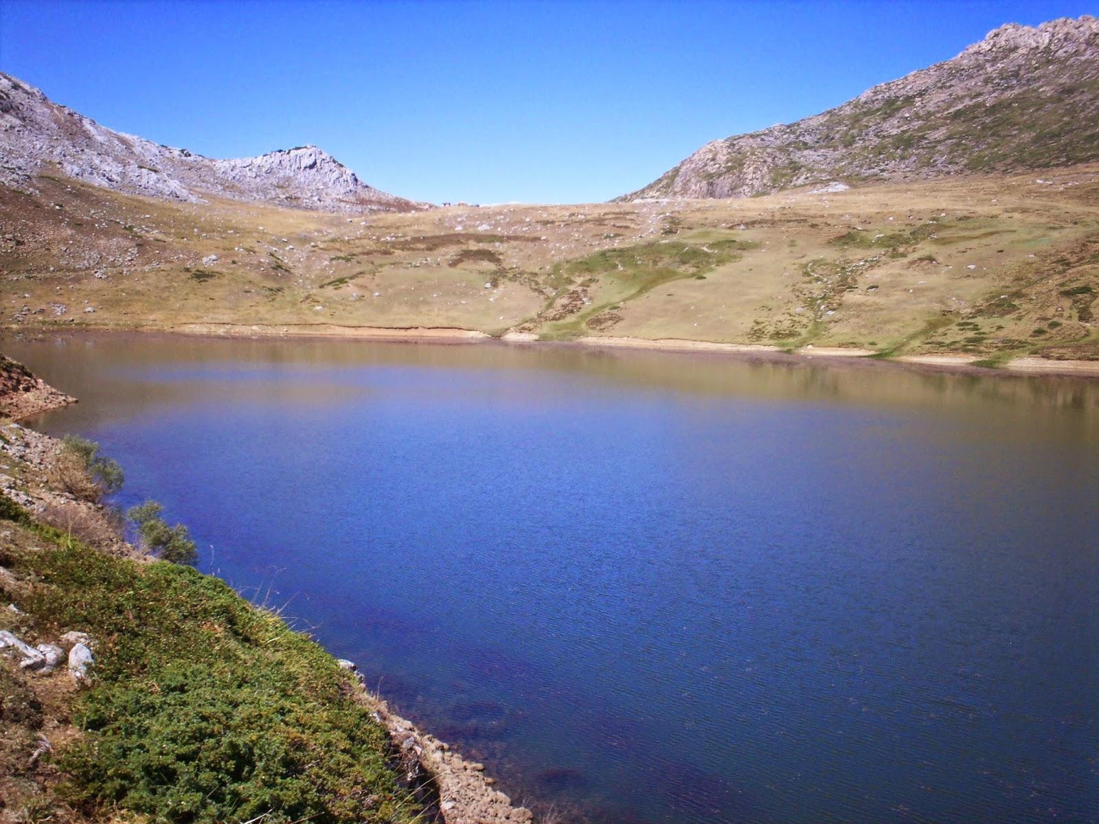 Agua azul en el lago Cerveriz en Somiedo.