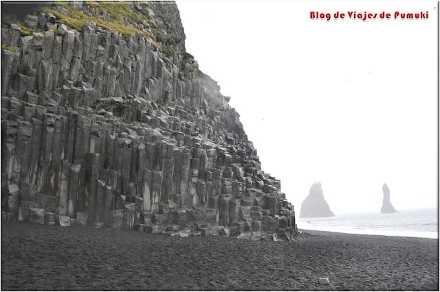 Las columnas de basalto en Reynisdrangar son una formación de lava volcánica que presenta paisajes espectaculares