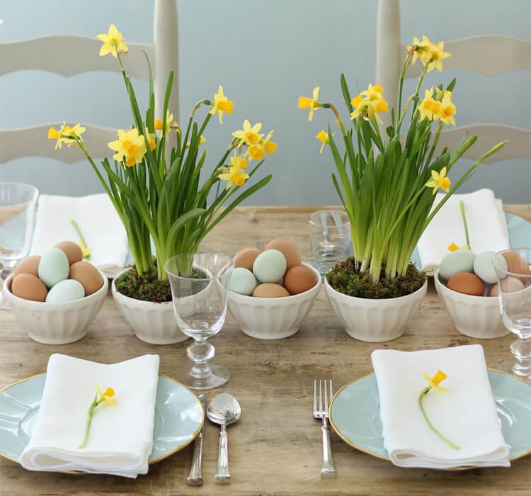 Come utilizzare fiori ed uova per decorare la tavola paquale
