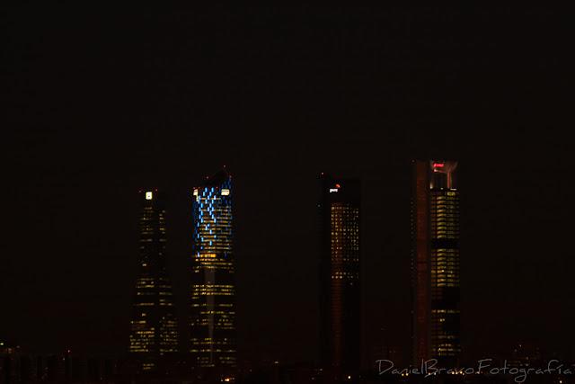 Fotografía de las 4 Torres de Madrid de noche y con las luces encendidas