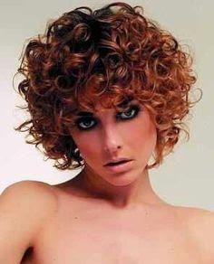y femeninosas es como se le denomina a este interesante lookslo para mujeres muy definidas y moda cabellos pelo corto rizado