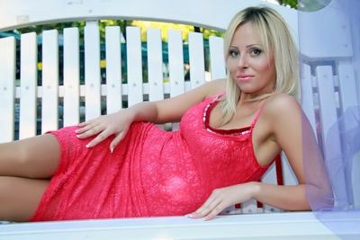 Ukrainische Frau kennenlernen - Minikleid rot