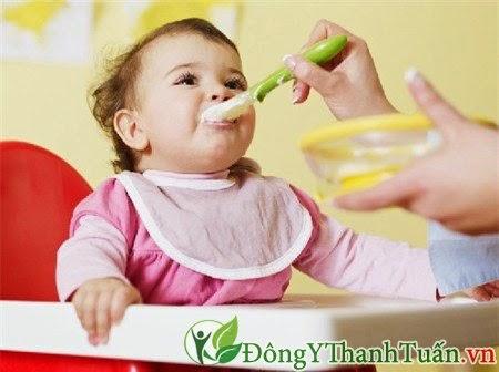 Nên có chế độ dinh dưỡng cho trẻ  để hạn chế trào ngược dạ dày thực quản