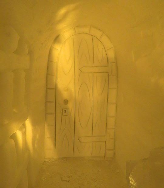 Tajemne drzwi w lochach.