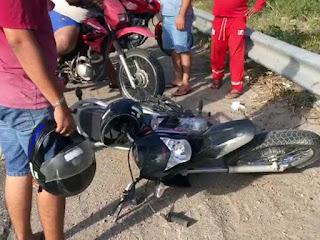 Motociclista fica gravemente ferido após bater em canteiro na BR-230