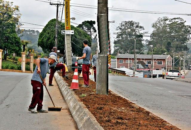 Bairros de Colombo recebem serviços de limpeza e paisagismo
