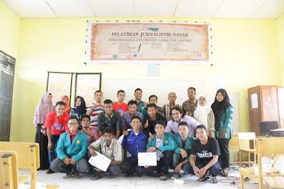 Foto bersama Relawan TIK Pidie dengan peserta pelatihan