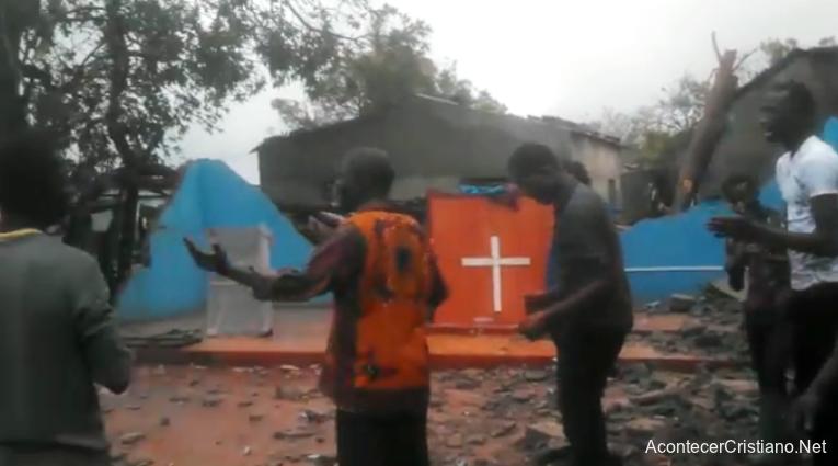 Cristianos alaban a Dios en iglesia destruida por ciclón en Mozambique