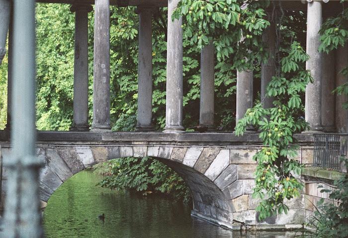 Varsovie, parc Lazienki, pont romantique, © L. Gigout, 1990