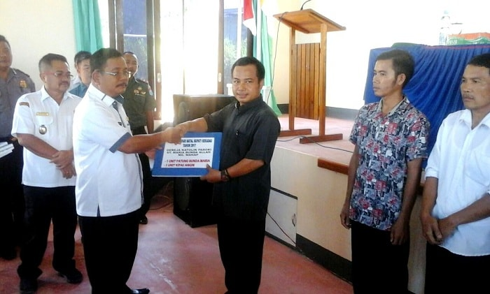 Bupati Sekadau Rupinus serahkan bantuan dari Pemkab Sekadau kepada pengurus Gereja