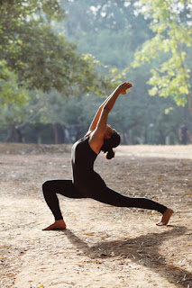 Virabhadrasana 1 es un asana de las más comunes en la práctica de yoga, llamada también la postura del guerrero. Se encuentra en tres variaciones. 🙏