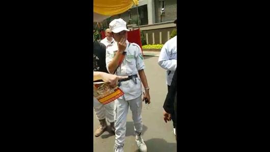 Polisi Bubarkan Massa Berbaju FPI yang Datangi TPS di Tanjung Duren