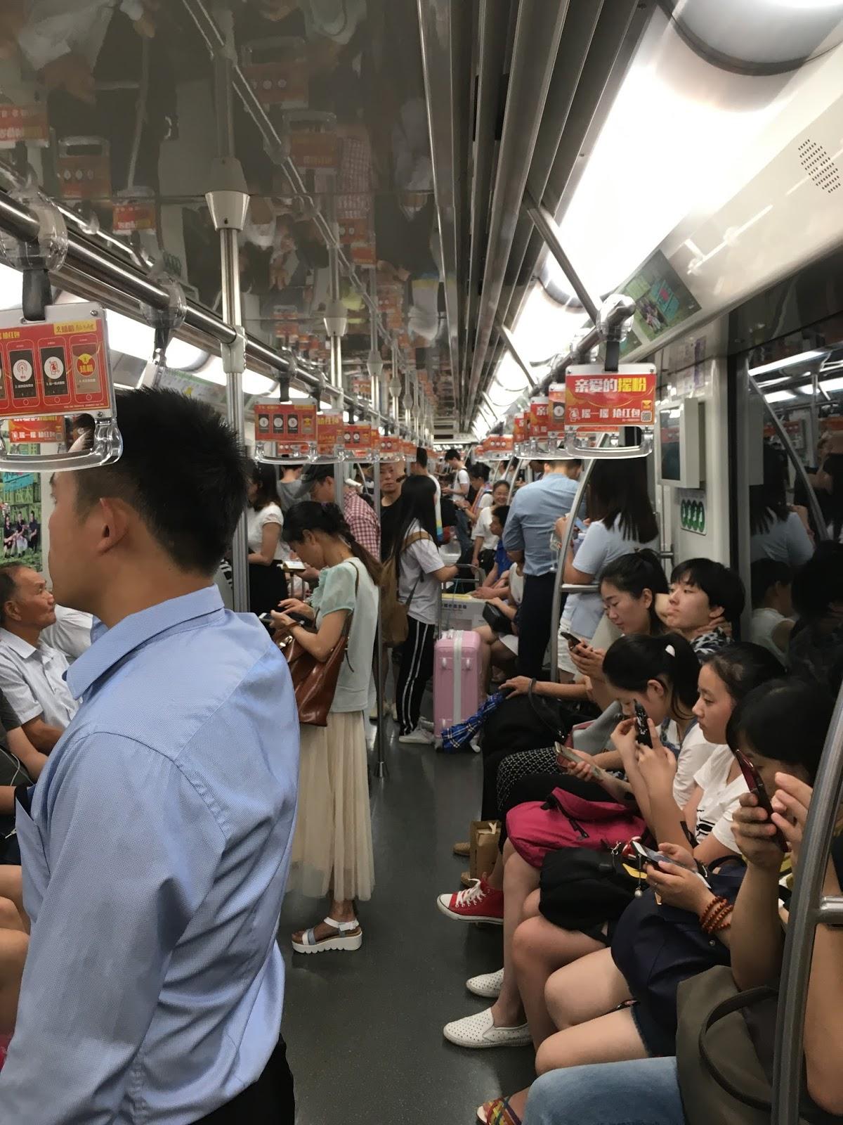 Sanghaji metró életkép