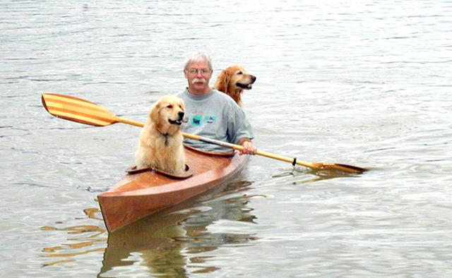 """omorfos-kosmos.gr - Κατασκεύασε ένα καγιάκ έτσι ώστε να μπορεί να παίρνει τα σκυλιά του σε """"περιπέτειες"""" (Εικόνες)"""