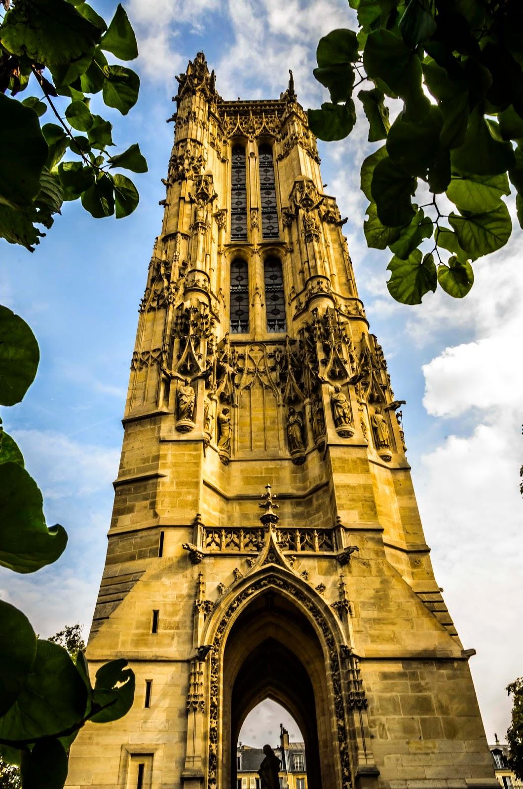 Torre em praça de Paris