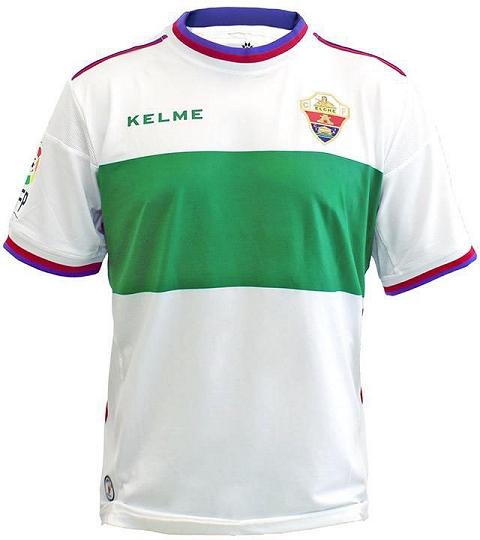 A camisa titular é branca com uma larga faixa horizontal na parte central  da camisa. Detalhes em azul e vermelho f826beca10fec