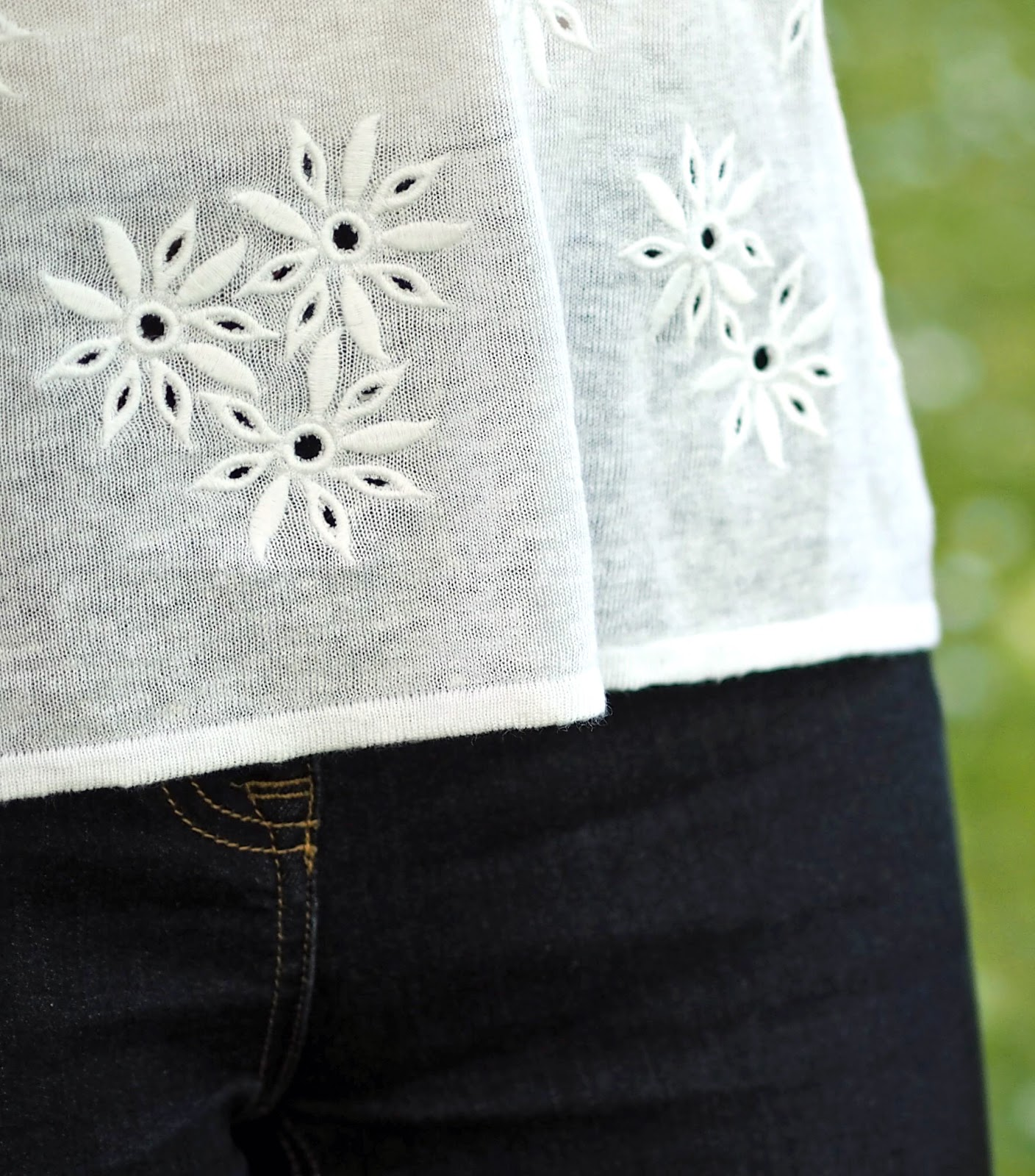 What-Lizzy-Loves-white-daisy-embroidered-linen-top-skinny-jeans