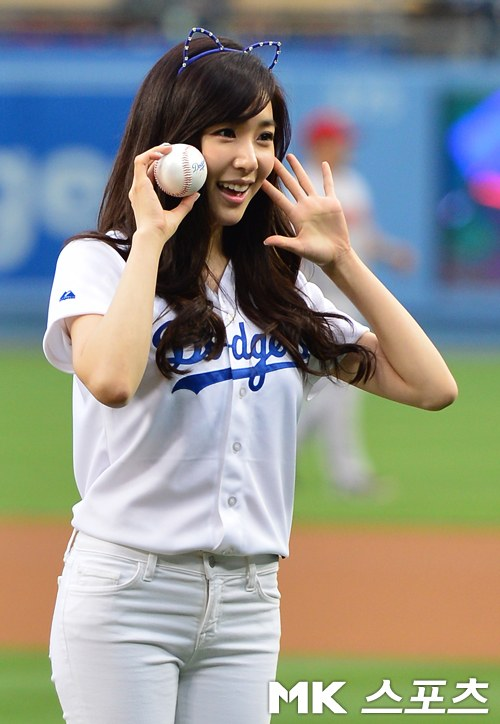Check out SNSD Tiffany's pictures from her opening pitch for the L.A. Dodgers